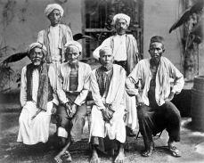 COLLECTIE_TROPENMUSEUM_Mekkagangers_uit_Aceh_met_twee_Wakils_in_het_Nederlandse_Consulaat_in_Jeddah_TMnr_10001259